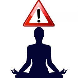 Meditando y señal de aviso encima