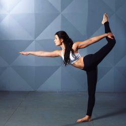 Muchacha practicando una postura de yoga